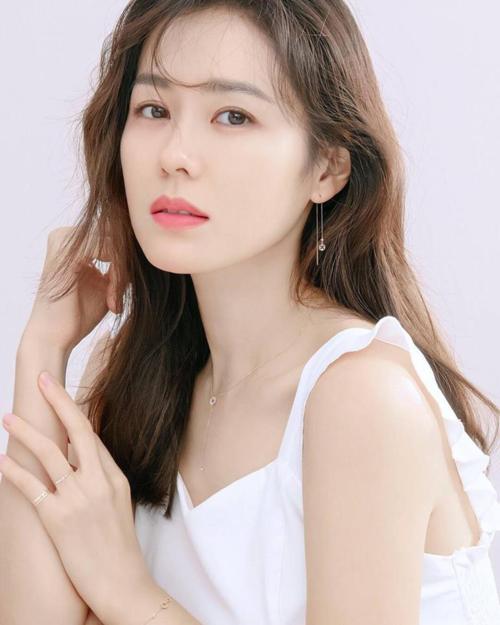 Son Ye Jin từng được gọi là Tình đầu quốc dân giai đoạn những năm đầu thập niên 2000 sau cơn sốt của Hương mùa hè. Trải qua gần 20 năm sự nghiệp, nhan sắc của chị đẹp ngày càng xinh đẹp mặn màbấp chấp thời gian.