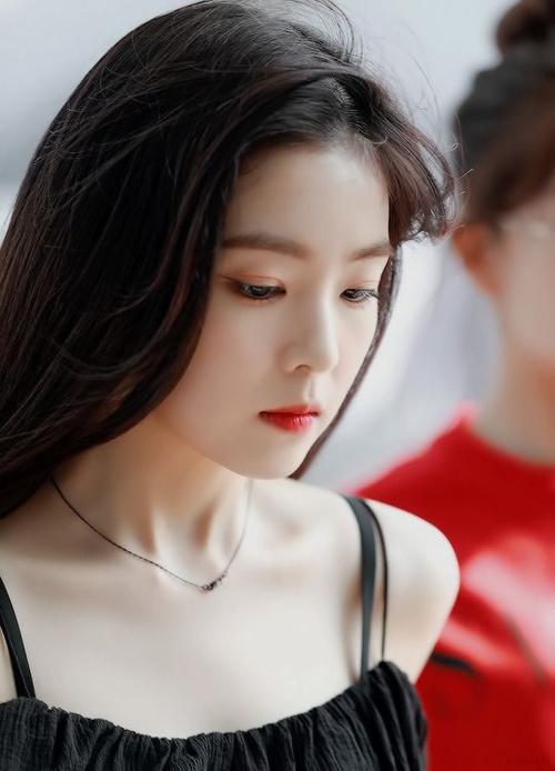 Cũng nhờ làn da trắng nổi bậtnày mà mỗi lần Irene nhuộm tóc đen, tô son đỏ là netizen lại tấm tắc xuýt xoa vềmột combo hoàn hảo.