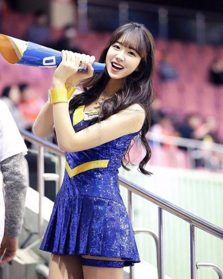 Tại những sự kiện thể thao nổi tiếng tại Hàn Quốc, ngoài những vận động viên tham gia thi dàn hoạt náo viên, cổ động viên cũng được chú ý. Những cô gái xinh đẹp, xinh đẹp và chuyên nghiệp xuất với nhiệm vụ khuấy động không khí. Trong số dàn những hot girl cổ động, Ahn Ji Hyun được nhiều người biết đến, sở hữu lượng fan đông đảo.