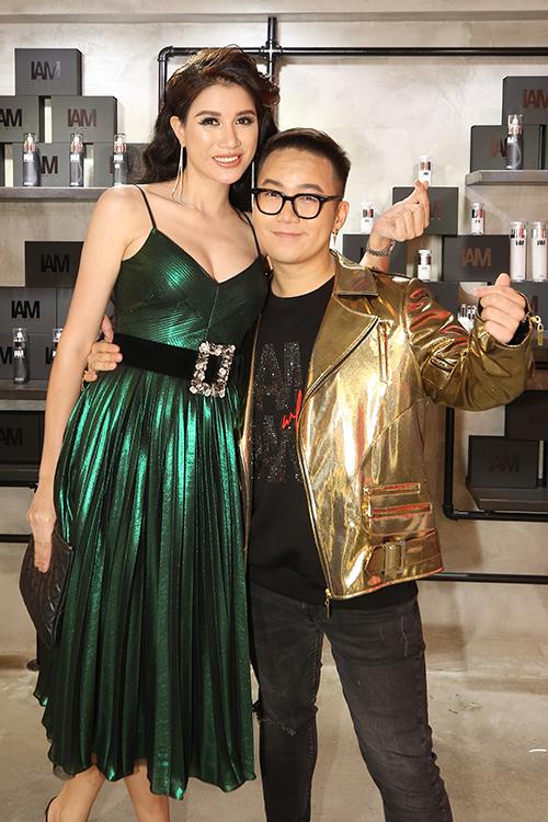 Trang Trần tươi tắn bên NTK Chung Thanh Phong. Đã lâu cô mới tái xuất ở một sự kiện giải trí.