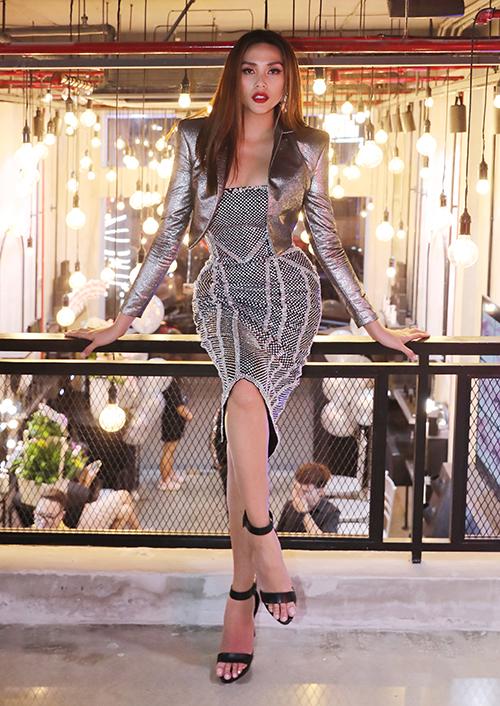 Tối 9/1, gần 50 mỹ nhân Việt góp mặt trong sự kiện ra mắt thương hiệu mỹ phẩm của NTK Chung Thanh Phong. Đây là lần đầu tiên có một nhà thiết kế sở hữu một dòng mỹ phẩm từ các sản phẩm làm đẹp đến dưỡng da dành riêng cho phụ nữ Việt.