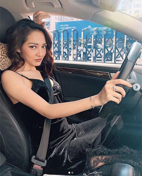 Bảo Anh khoe thần thái sắc sảo khi lái xe.