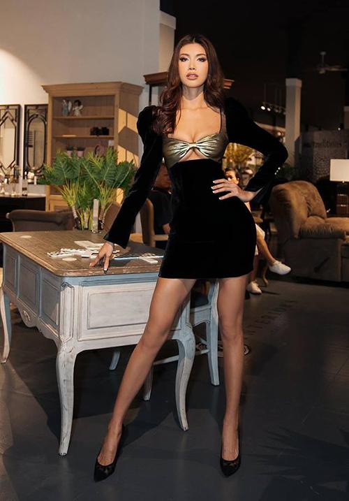 Tham dự sự kiện mới đây, Minh Tú khoe vòng một đầy đặn và đường cong quyến rũ với chiếc váy bó sát của NTK Chung Thanh Phong. Điểm nhấn của thiết kế là phần ngực cách điệu thành hình nơ, ép chặt vào cơ thể.