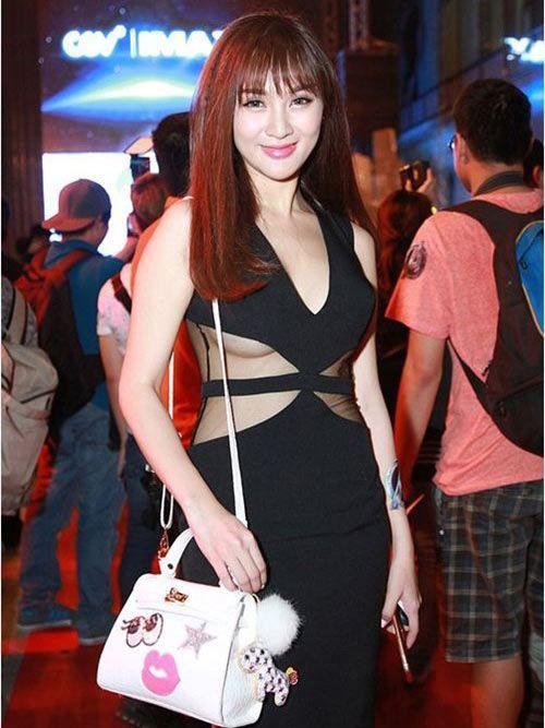 Váy lộ chân ngực không những không giúp Kelly Nguyễn trông gợi cảm hơn mà ngược lại còn khá phản cảm.