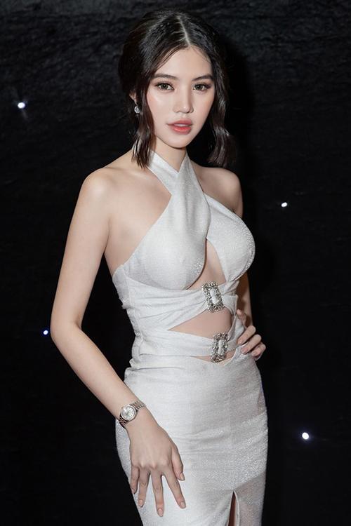 Jolie Nguyễn mới đây cũng diện váy lộ chân ngực đi sự kiện, tuy nhiên cô nàng tiết chế để tránh không quá phản cảm.