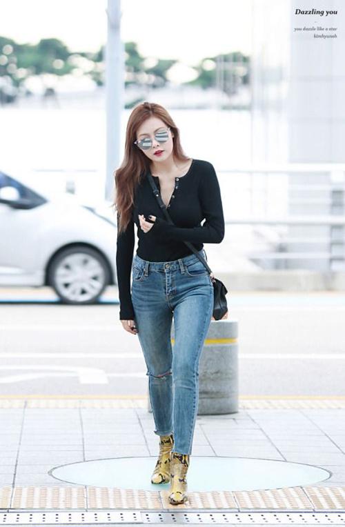 Phong cách thời trang của ngôi sao khi chưa bị ảnh hưởng bởi bạn trai EDawn cũng rất đáng nể. Nữ ca sĩ khoe đường cong trong quần skinny jean.