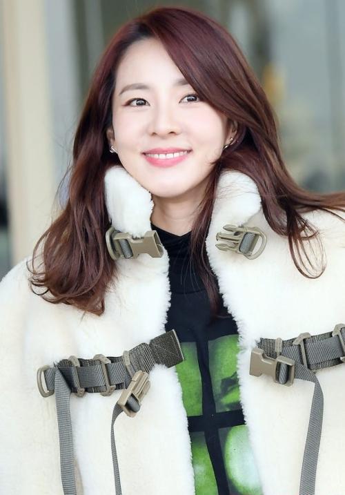 Sáng 11/1, Dara có mặt tại sân bay quốc tế Incheon đểsang Hong Kong. Cựu thành viên 2NE1 gây chú ý bởi nhan sắc trẻ trung đáng kinh ngạc. Năm nay, Dara bước sang tuổi 36 nhưng cô vẫn như gái 20.