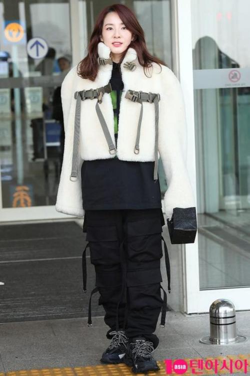 Dara và Tae Yeon cùng đọ nhan sắc ma cà rồng tại sân bay - 1