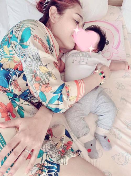 Lâm Khánh Chi và con trai.