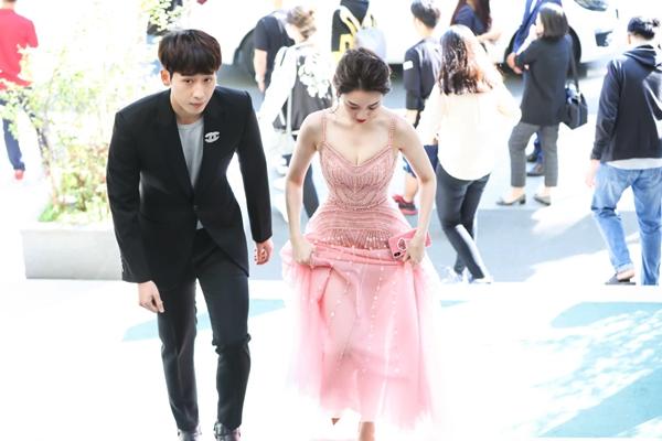 Nữ ca sĩ diện chiếc đầm hồng hai dây ngọt ngào, gợi cảm khoe vòng một và eo con kiến. Hari Won được hộ tống bởi trai trẻ Tuấn Trần.