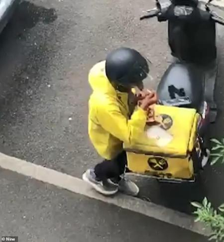 Nhân viên giao hàng tấp xe vào lề đường và bắt đầu nếm đồ ăn của khách.