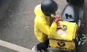 Nhân viên giao hàng lén ăn vụng đồ của khách