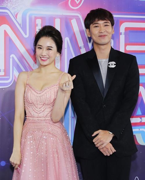 Tuấn Trần nam diễn viên hợp tác với Hari Won trong nhiều MV, phim ngắn, web dramma thời gian gần đây của Hari Won. Hai người có nhiều cảnh quay ngọt ngào, thậm chí khóa môi.