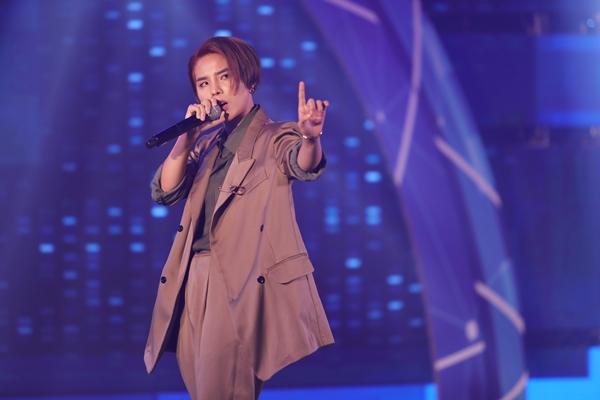 Vũ Cát Tường khuấy động không khí đêm nhạc với ca khúc Party Song.