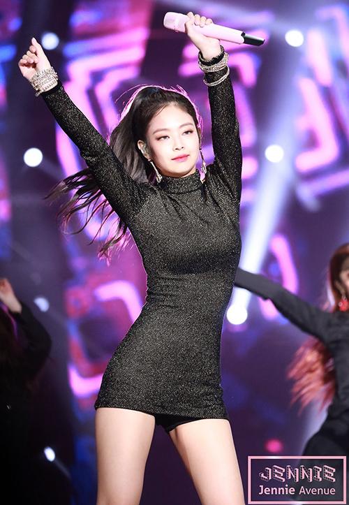 Dù phải thường xuyên thực hiện những động tác vũ đạo mạnh với nguy cơ hớ hênh cực cao, các girl group Hàn vẫn đặc biệt ưa chuộng kiểu váy bó sát siêu ngắn vì đây là đồ diễn siêu tôn dáng. Khi diện các kiểu váy này, đường cong của người mặc sẽ lộ rõ, tăng thêm độ dài cho đôi chân.