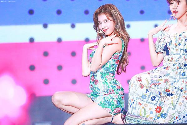 Váy ôm dáng ngắn cũn cũng có thể gây khó khăn khi ngồi. Mặc dù vậy, đây vẫn là trang phục idol Hàn diện liên tục khi lên sân khấu.
