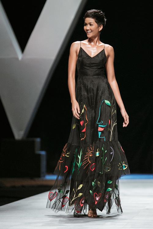 Đầu năm, HHen Niê mở hàng bằng vai trò vedette mở màn và kết màn cho Vietnam International Fashion Week. Cô trình diễn hai bộ sưu tập của NTK Công Trí và NTK Hà Linh Thư với phong thái catwalk khác biệt, cho thấy sự biến hóa đa dạng.