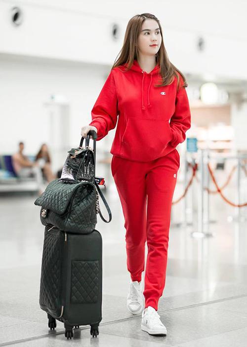 Sự đơn giản, gọn gàng giúp Ngọc Trinh ghi điểm, mang đến hình ảnh rất gần gũi mà vẫn đẳng cấp ở sân bay.