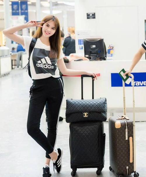 Đi cùng cây đồ thể thao, Ngọc Trinh luôn dùng vali kèm theo túi xách cỡ đại hàng hiệu. Cô nàng thường sử dụng đồ của Louis Vuitton, Chanel, Moschino, Dior... với giá trị hơn trăm triệu đồng một chiếc.
