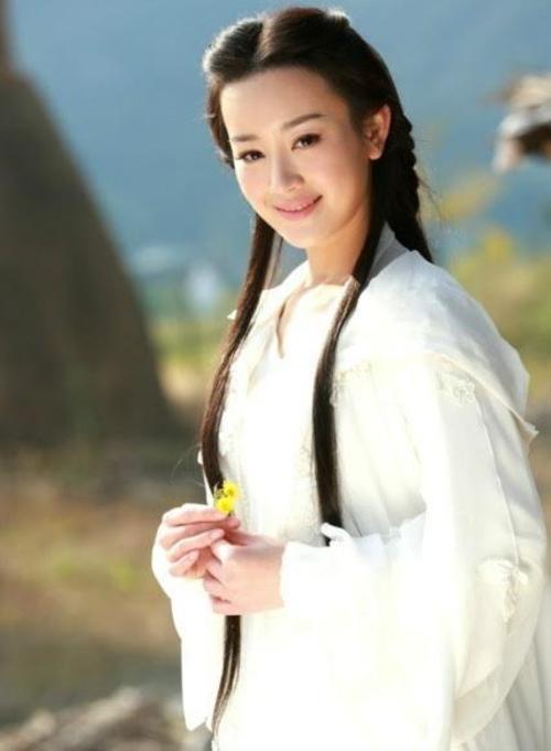 Vẻ ngoài xinh đẹp của Trương Mông cũng không thể giúp Vương Ngữ Yên của Thiên long bát bộ 2013 bớt quê mùa hơn. Cô bị nhận xét già hơn nhiều so với nhân vật và trông như một chị hàng xóm nhà bên, thay vì mỹ nữ được mệnh danh Thần tiên tỷ tỷ.