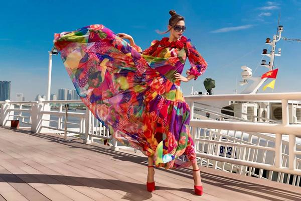 Võ Hoàng Yến khoe vẻ đẳng cấp trên du thuyền trong chiếc váy hoa sặc sỡ.