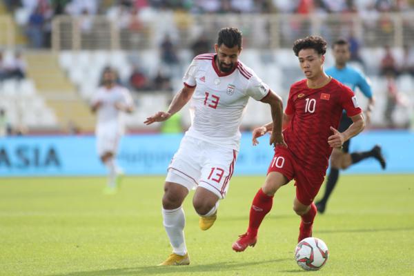 Công Phượng đi bóng trước sự theo kèm của cầu thủ Iran. Ảnh: Văn Lộc.