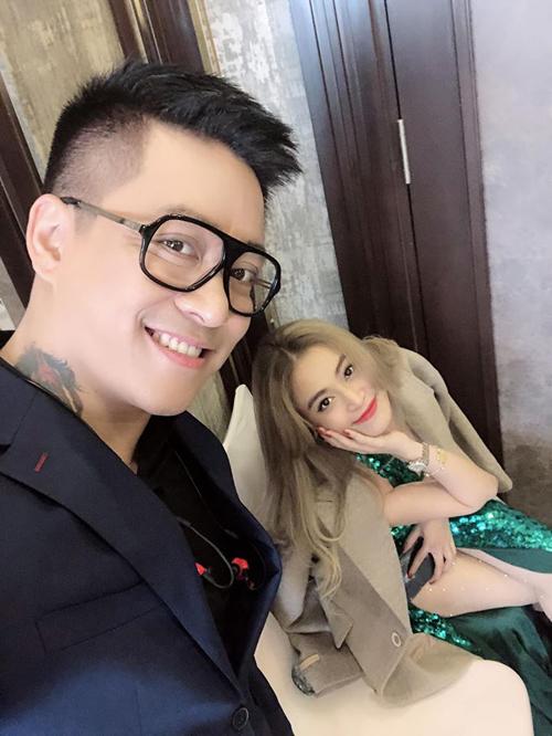 Hoàng Thùy Linh nhí nhảnh selfie cùng đàn anh Tuấn Hưng.