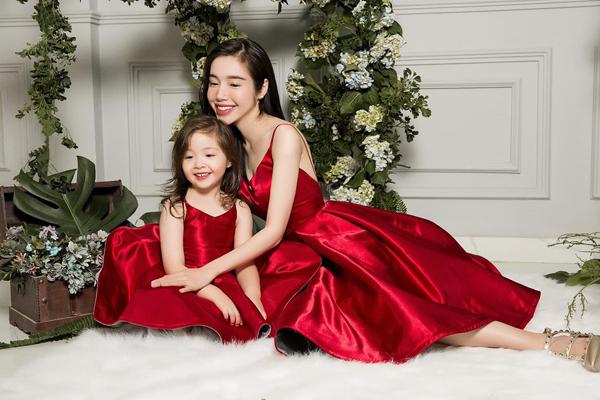 Hai mẹ con Elly Trần rủ nhau hóa công chúa ngọt ngào.