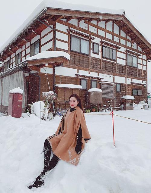 Bảo Thy khiến fan phục lăn vì khả năng chịu lạnh chụp hình giữa trời tuyết.