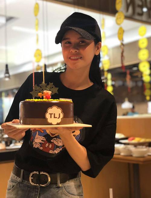 Trương Quỳnh Anh ăn mừng sinh nhật cùng con trai Sushi. Bức ảnh này cũng là do cậu nhóc chụp cho.