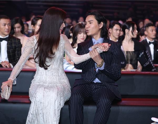 Trần Khôn bị camera tóm được khoảnh khắc thân mật nắm tay siêu mẫu gợi cảm Lâm Chí Linh.