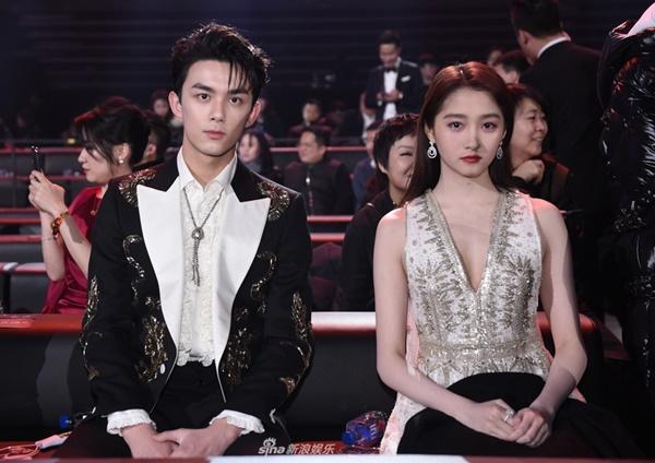 Đều trưởng thành từ diễn viên nhí, Quan Hiểu Đồng và Ngô Lỗi được xếp ngồi cạnh nhau. Tuy nhiên hai ngôi sao trẻ đều giữ biểu cảm lạnh lùng trước ống kính.