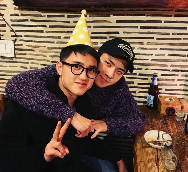 Se Hun ôm ấp D.O chúc mừng sinh nhật người anh thân thiết trong nhóm.