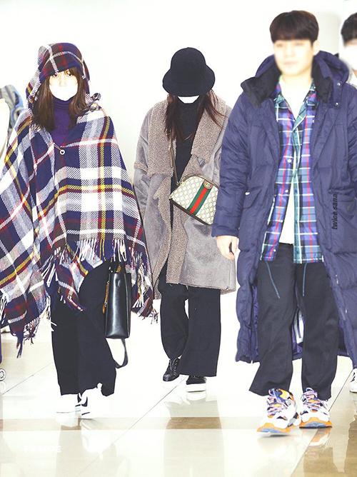 2 thành viên Twice về Nhật để nghỉ Tết. Mina giống như đáng choàng một chiếc chăn ra sân bay. Sana bịt kín mít và khoe độ sang chảnh với túi Gucci.