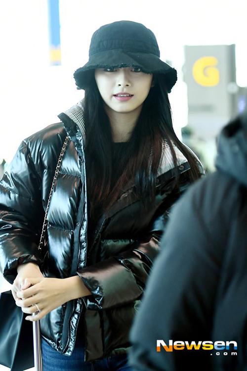 Tzuyu cũng được về Đài Loan nhân dịp năm mới. Kiểu mũ bucket cũng không che được khuôn mặt xinh đẹp của gà nhà JYP.