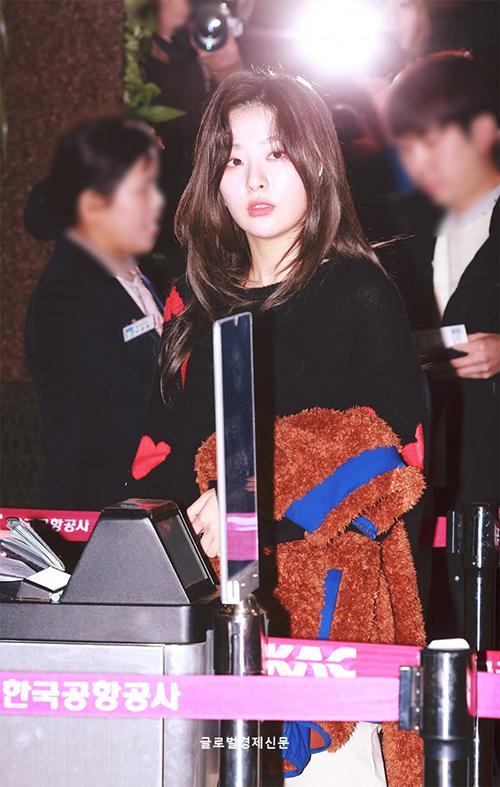 Chất liệu bông đang là xu hướng được ưa thích ở Hàn. Seul Gi được khen ngợi bởi thần thái ra sân bay không kém khi bước trên thảm đỏ.