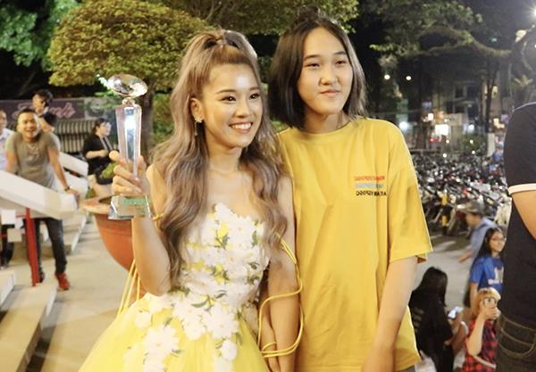 Hoàng Yến Chibi cảm thấy vô cùng hạnh phúc khi chặng đường vừa qua có sự đồng hành, yêu mến của rất nhiều fan. Họ đã luôn ở bên động viên, bảo vệ cô. Cô nán lại chụp ảnh hết với từng người trước khi ra về để chuẩn bị cho chuyến đi Malaysia vào sáng sớm ngày hôm sau (12/1). Nữ ca sĩ - diễn viên 9x sẽ xuất hiện trên thảm đỏ và lên sân khấu Lễ trao Giải thưởng truyền hình châu Á - Asian Television Awards (ATA) để trao giải thưởng vào tối cùng ngày.