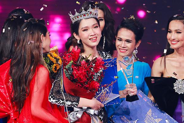 Nhật Hà vượt qua 9 cô gái xuất sắc trong đêm chung kết để đăng quang cuộc thi The Tiffany Vietnam - Chinh phục hoàn mỹ tối 11/1. Cô được nhận xét sở hữu gương mặt xinh đẹp, vóc dáng cân đối và sự tự tin.