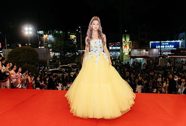 Tối 11/1, Hoàng Yến Chibi tham dự Lễ trao giải thưởng Làn Sóng Xanh Next Step 2018 ở TP HCM. Nữ ca sĩ xuất hiện trên thảm đỏ với bộ cánh mang phong cách công chúa.