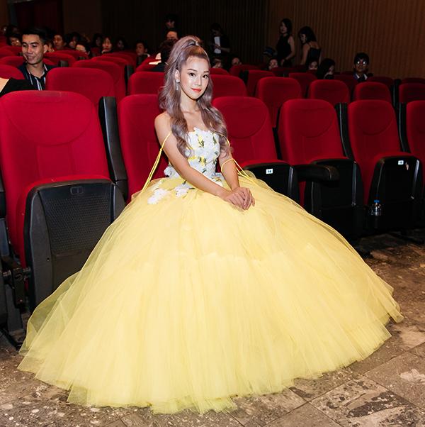 Chiếc váy với chi tiết bung xòe, khoe vai trần của NTK Nguyễn Minh Công giúp cô khoe vẻ ngọt ngào, nữ tính.
