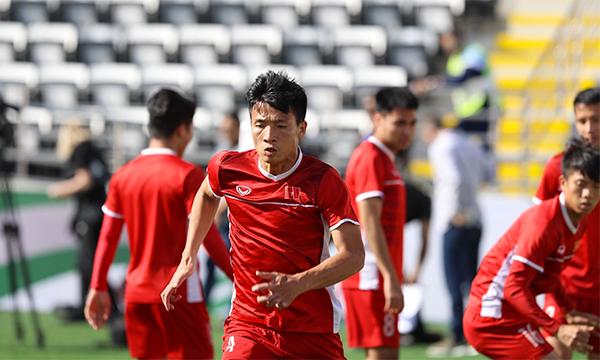 Đội tuyển Việt Nam khởi động trên sân.