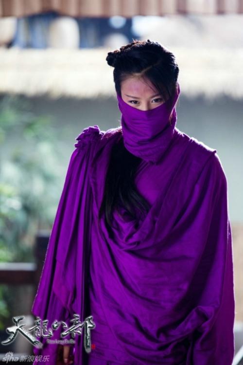 Việc cùng để Giả Thanh đóng một lúc 2 vai A Châu và A Tử đã khiến các nhà làm phim phải dùng phục trang để phân biệt 2 nhân vật này. Kết quả là A Tử được mặc quần áo tím ngắt, tím đến mức ám cả vào diện mạo của diễn viên.