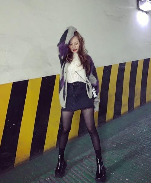 Hyun Ah chứng minh không chỗ nào là cô nàng không tạo dáng được.