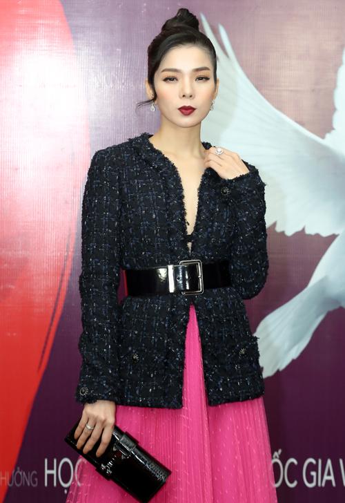 Tối 11/1, liveshow Hộp thư số 1 của Hương Tràm diễn ra tại Hà Nội. Chương trình âm nhạc đánh dấu 6 năm ca hát của cô có sự tham gia ủng hộ của nhiều đàn anh, đàn chị trong nghề. Lệ Quyên diện cây hàng hiệu nổi bật trên thảm đỏ.
