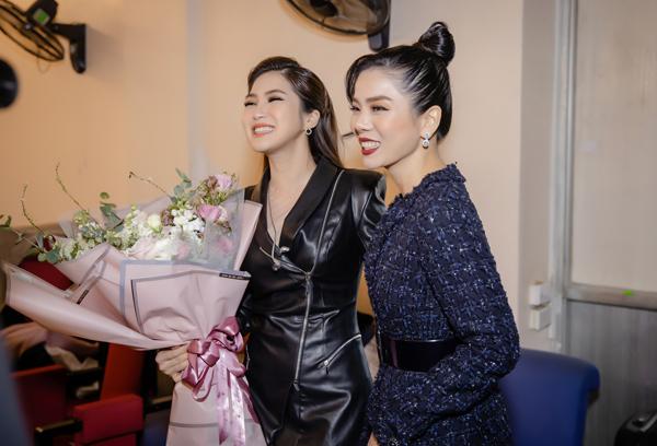 Cô đột nhập hậu trường và tặng hoa chúc mừng Hương Tràm. Cả hai thân thiết sau nhiều năm thường xuyên đứng chung trên các sân khấu âm nhạc.
