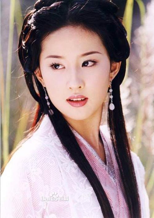 Nhắc đến Thiên long bát bộ 2003, khán giả sẽ nhớ ngay đến Lưu Diệc Phi và nhân vật Vương Ngữ Yên của cô. Thể hiện vai diễn này khi mới 17 tuổi, Lưu Diệc Phi đã che lấp được sự non nớt trong diễn xuất bằng vẻ ngoài xuất chúng của mình.