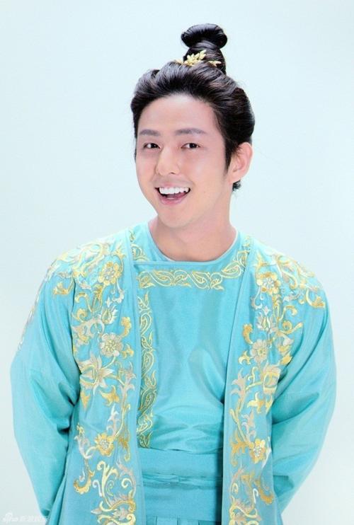 Mỹ nam Hàn Quốc Kim Ki Bum cũng bị tạo hình vô cùng nhố nhăng. Diễn xuất của anh cũng bị quá lố khiến khán giả tưởng đang xem một phim tình cảm chứ không phải phim võ hiệp.