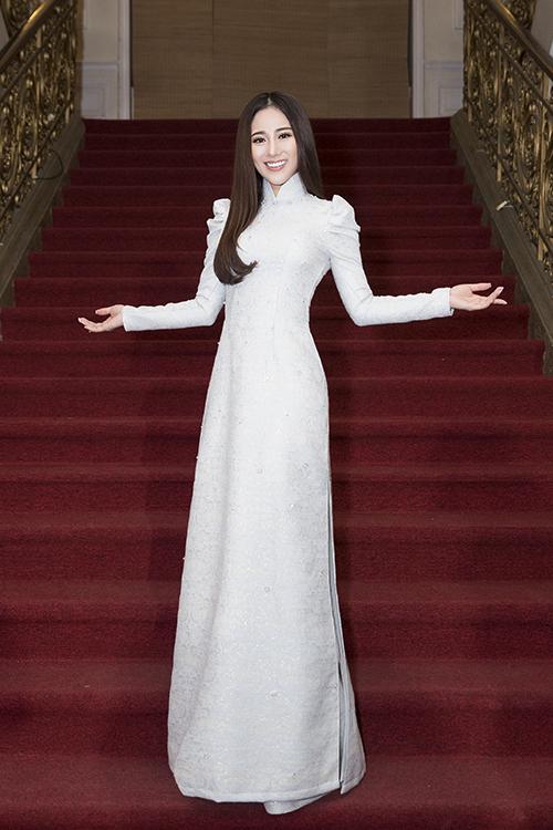 Ngọc nữ bolero Tố My chọn chiếc áo dài trắng với phần tay phồng cách điệu, kết hợp lối trang điểm nhẹ nhàng, tóc xõa tự nhiên.