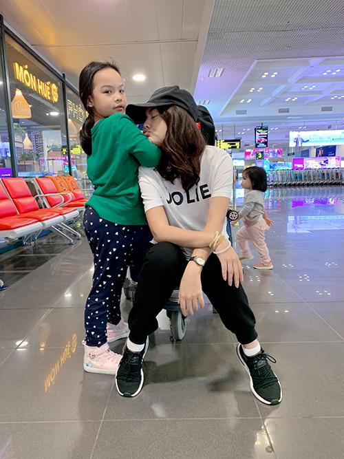 Trương Quỳnh Anh dẫn con gái đi chơi. Cô gọi con gái là tình yêu to bự nhất.