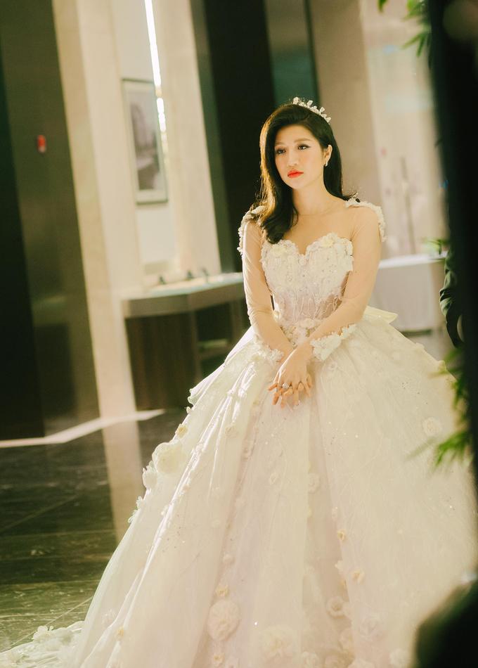 <p> Cô dâu thoáng có chút lo lắng trước giờ làm lễ.</p>
